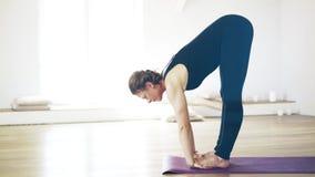 Mulher na roupa preta que faz a ioga filme