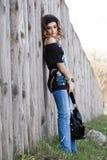 Mulher na rua com bolsa Foto de Stock
