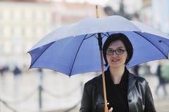 Mulher na rua com guarda-chuva imagem de stock royalty free