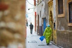 Mulher na rua de Essaouira, Marrocos Imagens de Stock