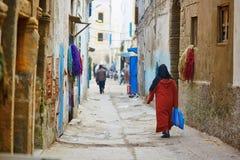 Mulher na rua de Essaouira, Marrocos Imagem de Stock Royalty Free