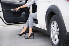 Mulher na saída alta dos montes do carro imagem de stock royalty free