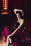 Mulher na saia que senta-se no tiro interno da cadeira Foto de Stock Royalty Free