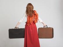 Mulher na saia vermelha do vintage com malas de viagem Fotografia de Stock Royalty Free