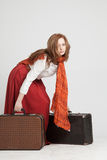 Mulher na saia vermelha do vintage com malas de viagem Fotografia de Stock