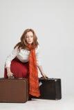 Mulher na saia vermelha do vintage com malas de viagem Imagens de Stock