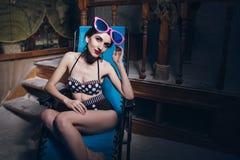 Mulher na sala de sal em um maiô Imagens de Stock Royalty Free