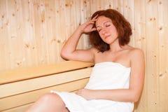 Mulher na sauna imagens de stock