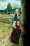 Mulher na sepultura de Jesus na Páscoa fotografia de stock