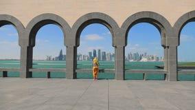 Mulher na skyline de Doha vídeos de arquivo