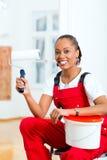Mulher na sua renovação da casa diy Foto de Stock Royalty Free