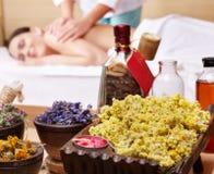 Mulher na tabela da massagem em termas da beleza. Série. imagens de stock royalty free