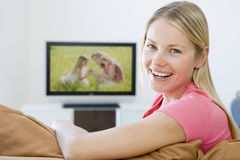 Mulher na televisão de observação da sala de visitas Fotografia de Stock Royalty Free