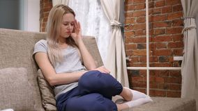 Mulher na tensão e na dor de cabeça, frustração dos problemas vídeos de arquivo