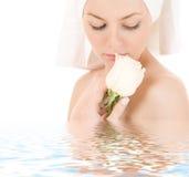 Mulher na toalha branca Fotografia de Stock