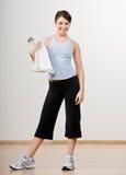 Mulher na toalha da terra arrendada do sportswear Fotografia de Stock