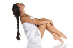 Mulher na toalha que relaxa Foto de Stock