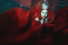 A mulher nada debaixo d'água Fotos de Stock