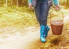 Mulher nas botas com uma cesta fotos de stock