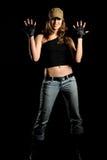 A mulher nas calças de brim e em um tampão à moda Fotografia de Stock