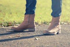 Mulher nas calças de brim e nos carregadores Imagens de Stock