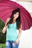 Mulher nas calças de brim em um dia chuvoso Imagens de Stock