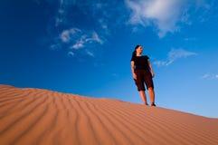 Mulher nas dunas de areia cor-de-rosa corais Imagem de Stock