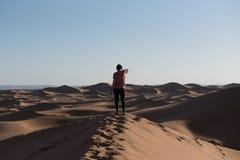 Mulher nas dunas de Sahara Dessert, Marrocos imagem de stock