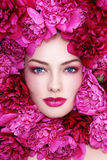 Mulher nas flores Fotografia de Stock Royalty Free