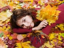 Mulher nas folhas de outono Fotos de Stock