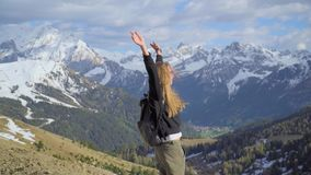 Mulher nas montanhas video estoque