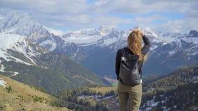 Mulher nas montanhas vídeos de arquivo