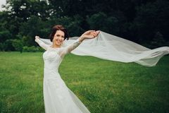 Mulher nas poses brancas no jardim Imagens de Stock Royalty Free