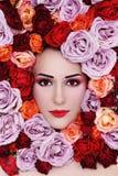 Mulher nas rosas fotografia de stock royalty free