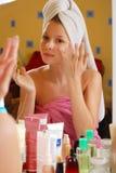 Mulher nas toalhas foto de stock