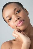 Mulher natural afro-americano atrativa da beleza Fotografia de Stock Royalty Free