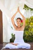 Mulher natural calma na ioga praticando na natureza brilhante Imagens de Stock