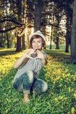 Mulher natural caucasiano nova que faz a forma do coração, foto retro fi Imagens de Stock Royalty Free