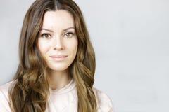 Mulher natural nova com cabelo consideravelmente longo de Brown Fotografia de Stock