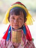 Mulher necked longa do tribo do tribo do padaung do retrato Lago Inle, Myanmar, Burma Fim acima fotos de stock
