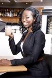 A mulher negra atrativa pensa e café bebendo Foto de Stock