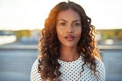 Mulher negra atrativa que olha a câmera fotos de stock royalty free