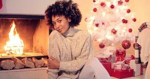 Mulher negra bonita assentada ao lado da árvore branca fotografia de stock royalty free