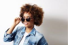 Mulher negra bonita no revestimento das calças de brim foto de stock