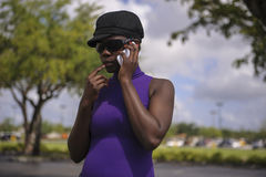 Mulher negra bonita no telefone esperto Fotografia de Stock Royalty Free