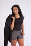 Mulher negra bonita que sorri na câmera Fotografia de Stock Royalty Free