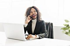 Mulher negra bonita que trabalha no escritório do empregado do auto imagem de stock