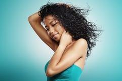 Mulher negra com cabelo encaracolado e cabelo do voo foto de stock royalty free