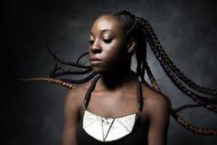 Mulher negra com o cabelo longo trançado do voo fotos de stock royalty free