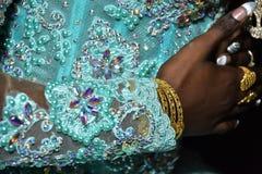 Mulher negra da mão em um vestido de turquesa com bordado Imagens de Stock Royalty Free